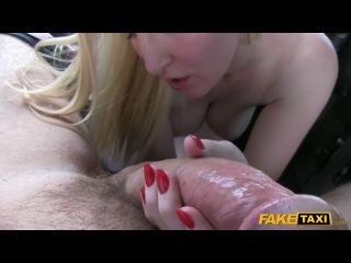 Глупая блондинка попала в порно такси